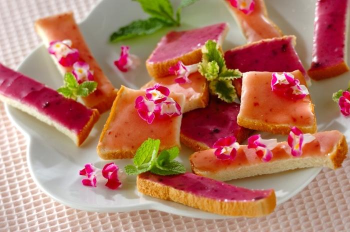 サンドイッチ用の食パンを使って、電子レンジでできるラスク。ブルーベリーといちごの簡単なアイシングをのせ、エディブルフラワーを散らしたら、美しい食べるお花畑の完成です。