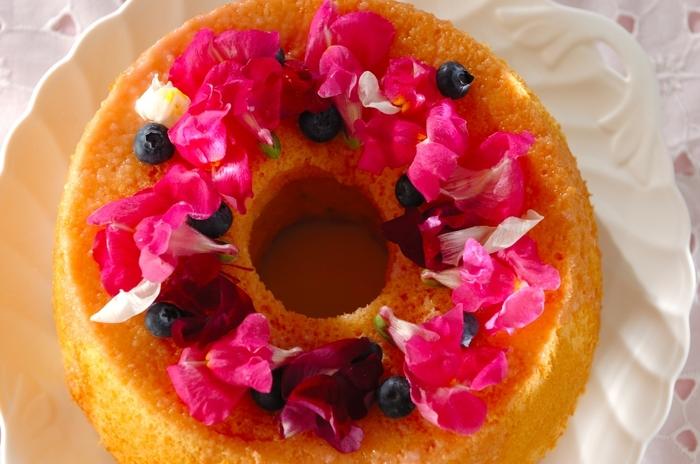 米粉を使ったシフォンケーキに、アイシングをかけて固め、最後にエディブルフラワーを飾ります。エディブルフラワーを使えば、デコレーションが簡単で、しかも見た目が豪華に仕上がります。