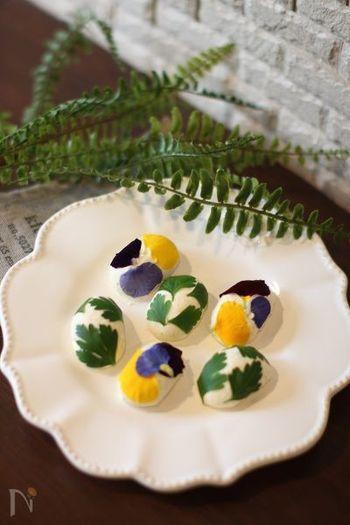 楕円に丸めたペッパー入りのクリームチーズに、ハーブやエディブルフラワーを貼り付けるだけ。時間のないときにもすぐ作れる、おしゃれなオードブルです。
