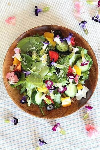 エディブルフラワーの美しさをそのまま生かすなら、まずはサラダを。パルミジャーノの風味をたっぷり加えて、見た目だけでなく、味にも変化を付けましょう。おもてなしにもおすすめです。