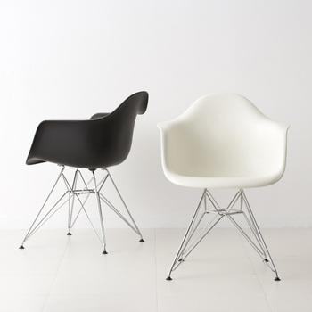 アメリカ・ミッドセンチュリーのどこか未来的な雰囲気を伝えるイームズのシェルチェア。チャールズ&レイ・イームズ夫妻によって生み出された現代でも多くの人に親しまれる椅子です。 こちらはハーマン・ミラー社の正規ライセンス品。