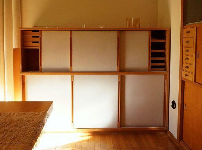 奥様のアイノさんがデザインされたダイニング収納。両方から開け閉めできる引き戸式の扉で、トレイや仕切り板もついています。大容量ですが、扉を閉めればすっきり。時代が変化しようとも、結局こういう型の収納が使いやすいのかもしれませんね。