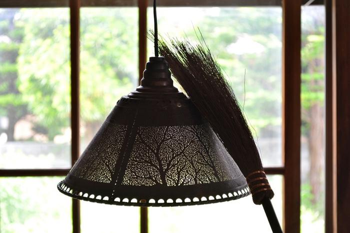 お掃除は、まず最初に高いところから。 ふと見上げると、ヒーターなどの温かい風と共に舞い上がったホコリが、壁のあちらこちらに貼りついていませんか?そんなのも、箒を使えば簡単に落とすことが出来ますね。