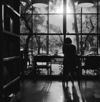 多彩な専門書や、オーナー独自のチョイスの本が並ぶブックカフェ。本格的なコーヒーやスイーツが楽しめたり、こだわりの音楽が流れていたり、読書環境を追求したブックカフェは、つい長居してしまう心地よさがありますよね。そんな心地よさを自宅でも味わえたら素敵だと思いませんか?  本を並べているだけで様になる本棚や、座り心地のよい椅子など、ブックカフェ気分を味わうためのインテリアをご紹介します。
