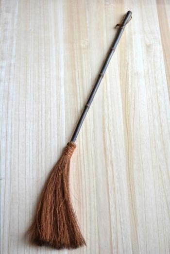その中に、わずか数本、更に強い耐久性のある優秀な繊維だけを選り分けて作られた『鬼毛』と呼ばれる棕櫚帚こそ、フローリングの掃除にピッタリの箒です。