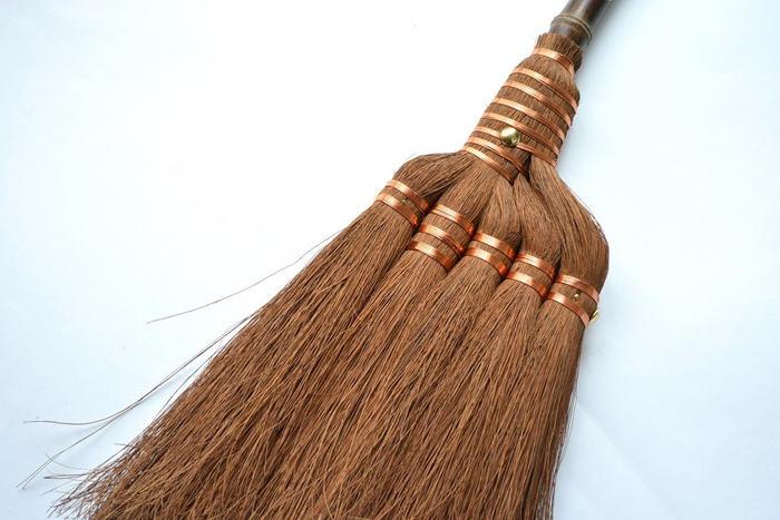 """しなやかなコシのある""""掃き""""心地で、ホコリを絡め取り、棕櫚の持つ天然の油分がワックスの代わりもしてくれる。掃く度にツヤを与えてくれる箒です♪"""