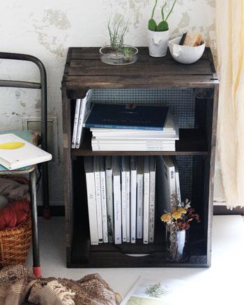 木箱をリメイクして、自分好みの本棚を作るのはいかがでしょう。本のサイズに合わせて仕切り板を付ければ、まさにシンデレラフィット!世界に一つだけのものを作り上げた達成感と充実感で、眺めるだけで幸せな気分になれそうです。