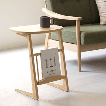 読みかけの本や飲み物をちょっと置いておくのに便利なサイドテーブル。テーブルを置くほどのスペースがない場合や、コンパクトな読書スペースを作りたい場合におすすめです。
