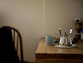 お湯を沸かし、コーヒー豆を挽き、カップを温める……コーヒーを淹れる一連の動作を、ひとつひとつ心をこめて行います。お気に入りの道具を手に取って、フォルムや手触りをじっくり味わう時間も特別なものになります。