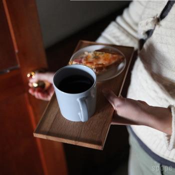 コーヒーとおやつが準備できたら、トレーに載せて、わが家のブックカフェスペースに運びましょう。ゆったりと腰かけ、いい香りのするコーヒーを片手に、いざ本の世界へ。