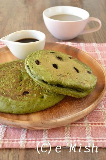 生地に抹茶を混ぜ込んだ、鮮やかなグリーン色のパンケーキ。黒豆煮を加えれば、和の風味がより一層楽しめます。