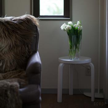 先の「チェア69」と同じく、代表作で有名な「スツール60」やiittalaの「アアルトベース」。お部屋に馴染みやすく機能的な家具は、今でも北欧インテリアのワンアクセントに根強い人気です。