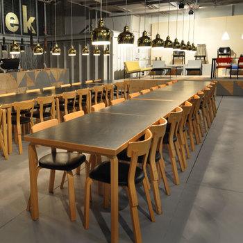 アルテック社は1935年にアアルトが奥様のアイノを含む3人のデザイナーたちと創業したファニチャーブランド。現在もアアルトの作品はもちろん、世界中のデザイナーたちとともに素晴らしい家具を生み出しています。 写真は定番人気の「チェア69」。