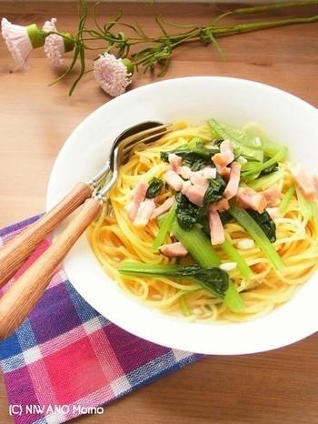 『フライパンひとつで簡単♪ 小松菜とベーコンのスープパスタ』  シャキシャキの小松菜とベーコンの旨味がたまらない、やさしい味のスープパスタ。ヘルシー志向の方に。