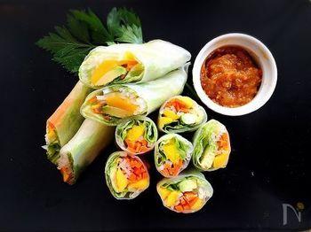 生春巻きもサラダのひとつですね。アボカドやマンゴーなどをライスペーパーで巻いた、魅惑的なオードブル風。スパッと切れば、華やかな断面に気分も上がりそう♪スイートチリソースは、ピーナッツバターなどを加えてアレンジをきかせています。
