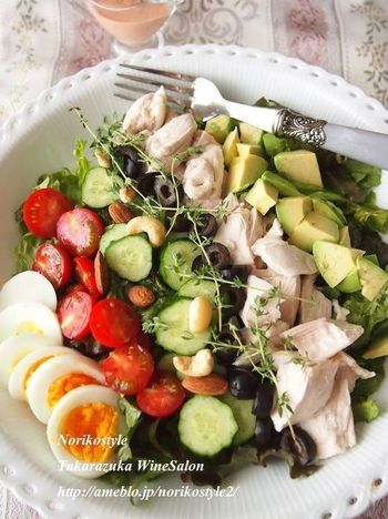 コブサラダは、アボカドやトマトなどの野菜、カリカリベーコン、チキン、ゆで卵などたっぷりの具に、ヴィネグレットソースなどをかけたもの。具が多めなのが特徴で、満足感があります。盛り付けに決まりはないようですが、具材をきれいに整列させたものをよく見ますね。