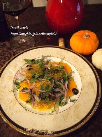 オレンジとフレッシュハーブのシンプルサラダ。オードブルのような雰囲気の、おしゃれな一品です。香り香りの豊かなハーモニーが絶妙で、とってもおいしいそうですよ。