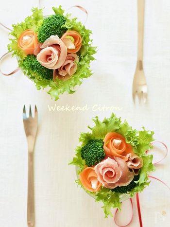 サラダを花束に見立てて、グラスに飾ってみましょう。生ハムやニンジン、スモークサーモンなどは、くるくる巻いて薔薇のように。花菜のブロッコリーなども、ブーケサラダに合う野菜ですね。