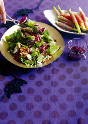 ルッコラも春野菜。爽やかな辛さで、栄養価も高い旬のルッコラをふんだんに使って、ワインに合うおしゃれなサラダに。ブルーチーズや、ベリー、ナッツなど、うまみや甘酸っぱさ、カリッとした食感など、さまざまなエッセンスを詰め込んだ贅沢なひと皿です♪