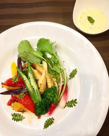 春らしい筍などを使った焼きサラダ。散りばめた山椒がなんともいい香り。山椒の葉は、両手でパンとたたくとよりいい香りが出ますね。