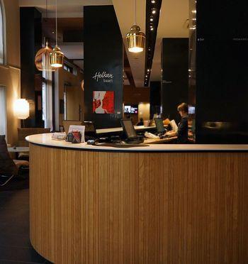 アアルトの名作家具が楽しめるホテルヘルカはヘルシンキ中央駅のすぐそば。アアルトが創業したアルテック社とコラボした、デザイナーズホテルなんだそう。 フィンランドに行ったらここを拠点に、巨匠たちの作品に触れてみたいですね。