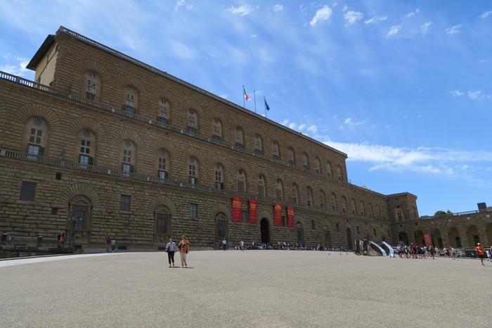 アルノ川西岸に位置するピッティ宮殿は、16世紀後半から20世紀初頭までの約400年間、トスカーナ地方の宮廷として使用されてきた宮殿です。ルネサンス様式の重厚感ある外観は、圧倒的な存在感を放っています。