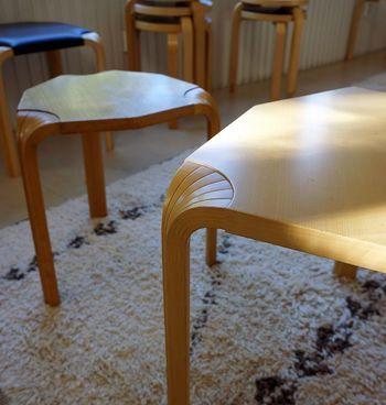 アアルトのインテリアの特徴と言えば自身が開発した「曲げ技法」。アアルトレッグと呼ばれています。フィンランドに多く自生する樺の木を活用すべく曲げ技法や成形合板を開発し、強度のある安定した家具を作ることに成功したそうです。 アアルトの家具には、チェアのアーム、スツールやテーブルの脚など、この特徴的なアアルトレッグがよく採用されています。