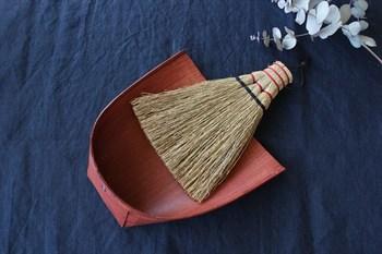 「はりみ」のちりとりと、はりみに合わせて作られた小箒です。生産地は新潟。はりみは厚紙と竹ひごで作られ、柿渋が塗られています。柿渋は静電気が起きにくい天然塗料なので、細かいちりを集めるのに最適なのだとか。小箒は茨城県の職人さんが、丁寧に丈夫に編み上げています。