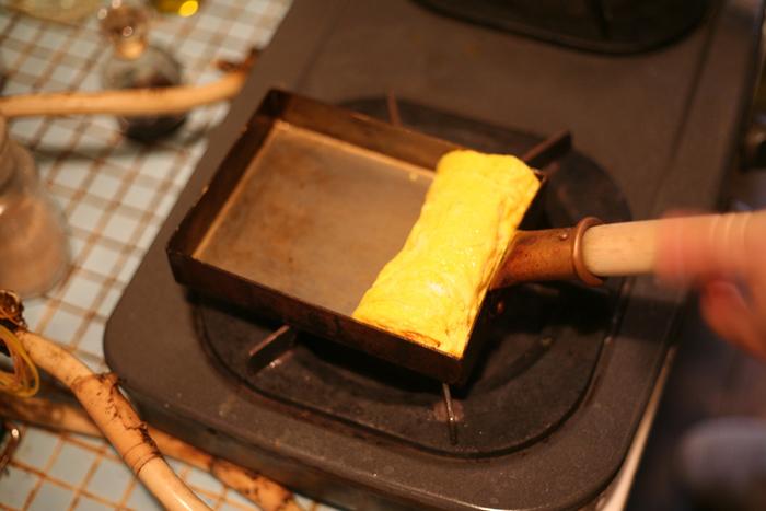東京の下町・足立区にて、創業80年以上、親子4代にわたって銅鍋を製作している「中村銅器製作所」の銅の卵焼き鍋です。焼きムラや焦げつきが起こりにくいので、ふんわりとした卵焼きを焼くことができるんです。全国のプロの料理人に愛され続けています。