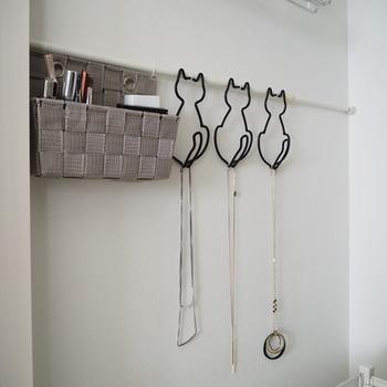 ホームセンターなどで簡単に手に入る突っ張り棒を壁に取り付けると、フックなどが自由に付けられるので、アクセサリーや小物などの収納がしやすくなります。