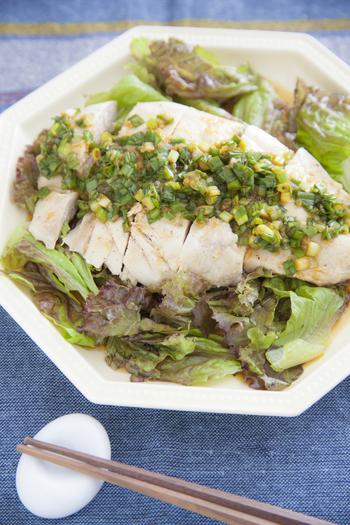 タレにポン酢を使用するレシピです。他に必要な調味料は砂糖、ラー油、ニンニク、ショウガだけ。簡単においしいよだれ鶏のタレができてしまいます。