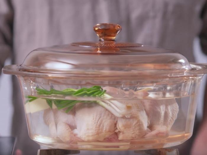 八角、桂皮、草果、花椒を使ってラー油を手作りする本格派レシピ。手作りしたラー油と砂糖、醤油、米酢、ごま油を混ぜてよだれ鶏のタレを作ります。本場のよだれ鶏はラー油をたっぷりかけるのがポイント。