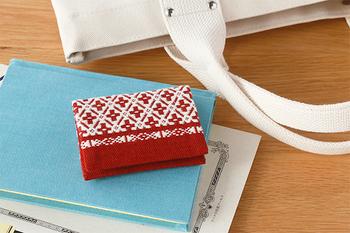 青森県の津軽地方に伝わる伝統工芸「こぎん刺し」の名刺入れです。繊細な幾何学模様は、ちょっとレトロな感じがかわいらしいですね。他にもポーチや印鑑ケースなど、日頃持ち歩けるアイテムが揃っています。