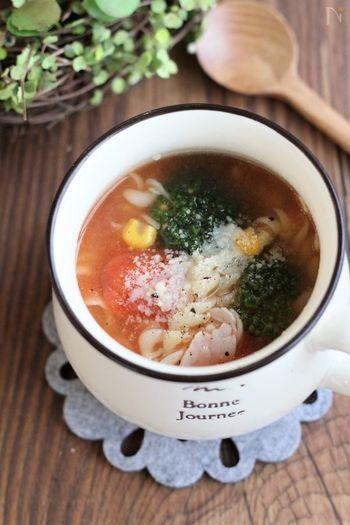 今回ご紹介する具だくさんスープは、その名の通り具がたっぷりなのでどれもスープだけでお腹が満たされる一品ばかりですが、こちらのスープはマカロニが入っているので特に満腹になれそう。 マカロニは別茹でしなければならないのでは…?と思うかもしれませんが、短時間で茹で上がるマカロニを使えば、マグカップにマカロニと水を入れてチンすればあっという間です!