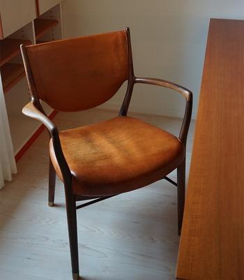 面白いことにフィン・ユール自身は家具を作れず、あくまでデザイナーであったところ。木工職人ニールス・ボッダーなくして実現できなかっただろうと言われる作品も多いのだそう。代表作のひとつ「No.46」ですが、現代のものとは型が違うようです。