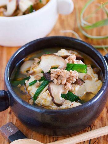 こちらは、豆腐にお肉、ニラ、しいたけ…と、まるでお鍋のような材料が特徴の具だくさんスープ。豆腐を手でちぎって入れたり、火の通りやすいひき肉を使ったりすることで時短調理につながっています。 具材は冷蔵庫の中にあるもので代用・アレンジが可能なので、バリエーションがどんどん広がりそうですね。