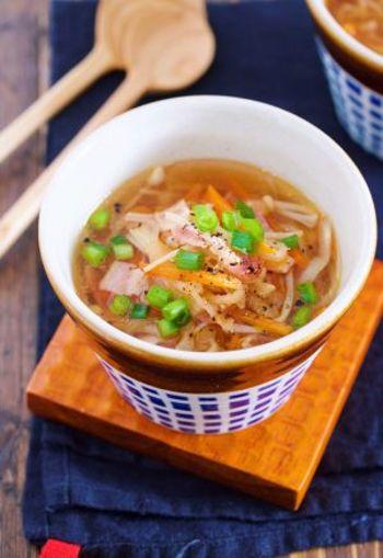こちらのスープはコンソメベースですが、なんと切り干し大根やえのき、醤油など和食のものも使用されています。切り干し大根以外の野菜は、玉ねぎやキャベツなどにアレンジ可能なので、冷蔵庫やストックの一斉掃除にもぴったりな一品です。 今回は和食向けスープに分類しましたが、最後にごま油を加えるとご飯に合い、バターを入れると洋食にも合うそうですよ。