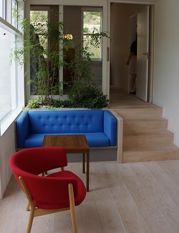 有名なガーデンルーム。フィン・ユール邸では、こちらのようにテーブルやソファなど家具が、予め建物と一体化され設計されている箇所が多いです。 真ん中に置かれているテーブルは「Tray Table(トレイテーブル)」。天板がトレイになっていて外せるようになっています。フィン・ユールが作る家具はデザイン性があるだけでなく、機能的で使いやすく、掃除もしやすいなど、使う人目線も大切にされていたそうです。