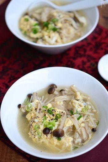 一般的に「かきたま」は中華スープに分類されますが、こちらは昆布だしを使っているので和風スープに仕上がります。昆布だしで十分上品な味わいに仕上がりますが、しめじ・エリンギ・えのき、ときのこ類をふんだんに使うおかげで旨みがたっぷりです◎ 食物繊維が豊富に含まれているので、お腹もすっきりできますよ。