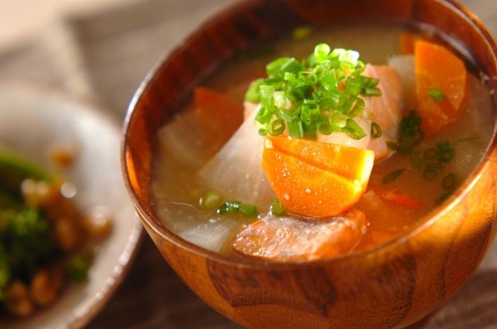 まずは和食の基本・みそ汁から。魚介類を使った豪勢なみそ汁ですが、生鮭の下準備を入れても10分以内にできてしまう、とっておきの簡単レシピです。鮭をみそ汁に入れることで、旨みがスープに溶けだしてとっても美味*一度作ったら、病み付きになってしまうかも…?