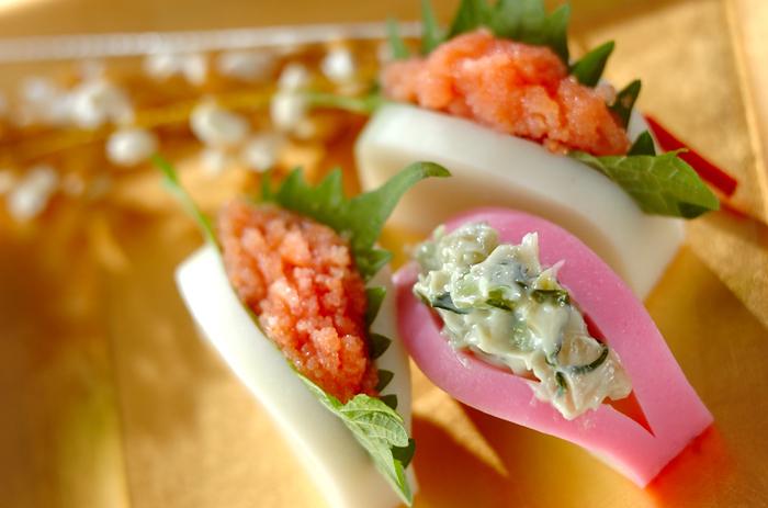 お節でお馴染みのかまぼこは、そのまま食べても美味しいですが、具材を挟むだけで彩豊かな料理に変身します。ちょっとしたおつまみや小鉢料理に最適ですよ。
