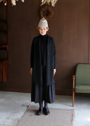 こちらは黒コーデに、ベージュのニット帽を合わせた着こなしです。トップにカラーを持ってくることで、全身黒でもカジュアルで可愛らしい印象に。