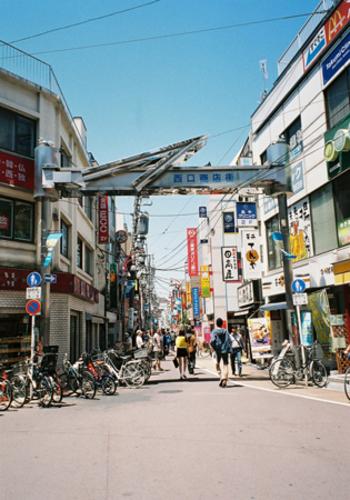 東急東横線の中では、あまり目立たないエリアですが、渋谷まで10分という都心へのアクセスの良さと、同沿線には代官山や中目黒、自由が丘などの人気エリアもあります。また駅前には6つもの商店街があり、レストランやカフェ、スイーツなどのおしゃれなお店が集まっているエリアなのです。
