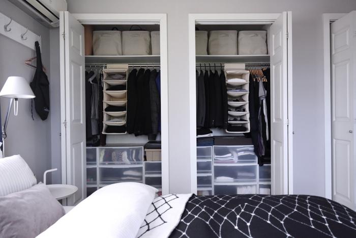 毎日使うたびに、新しい服を買うたびに。気づいたらごちゃごちゃになってしまうクローゼット…。衣替えや、形やサイズが異なるファッション小物の収納も悩みどころですよね。  今回は、収納美人さんのクローゼットをポイントに分けてご紹介する他、ストッキングやメガネ、スカーフなど小物の収納術もご紹介いたします。