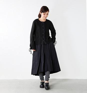 黒のワンピースに、グレーのレギンスを合わせた着こなし。黒タイツやレギンスを合わせるとシンプルで重たい印象になるので、よい切替カラーになっていますね。