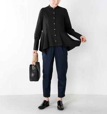 黒のブラウスに濃いネイビーのパンツを合わせたスタイル。バッグやシューズも黒でまとめているので、おしゃれで上品なコーデに仕上がっています。