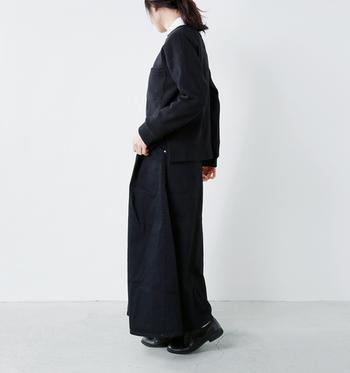 こちらも黒コーデに、ハイネックの白インナーを合わせています。靴下などを見せずに全身真っ黒で揃える時は、インナーの白が柔らかさと女性らしさを与えてくれるエッセンスに。
