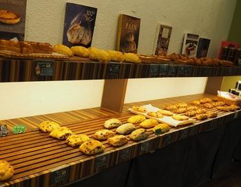 スペルト小麦を使ったハード系のパンを中心に、キッシュやサンドイッチを含めて約40種類以上あります。