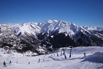 アルプス山脈の懐にあるサヴォワ地方。ヨーロッパ最高峰のモンブランがあることでも有名です。毎年冬にはスキーを楽しめるリゾート地として、盛り上がりを見せますよ。 名産品は、広大な土地を利用した放牧でつくられるチーズ。スイス、イタリアと国境を接していることもあり、いろんなチーズ料理を味わえるところでもあります。