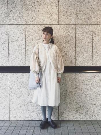 寒いけれど凛とした空気が心地よい冬のお出かけには、優しい雰囲気を身に纏ったオールホワイトコーデがぴったり。 清らかでナチュラル感あるワンピースに、グレーのタイツとバッグを合わせて引き締め効果も◎。袖コンシャスのシルエットが今季らしいジャケットは、刺繍が施してあるものを選んでちょっぴり個性をプラスしたら、デートと言えども、たくさん歩くからdansko(ダンスコ)の歩きやすいサボで快適さも忘れずに。